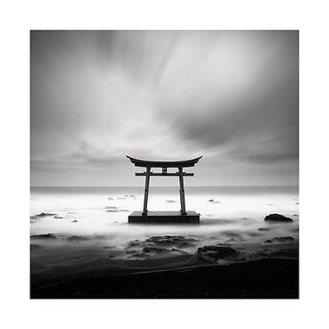 Japon, Hokkaido, Torii dans l'eau. Tirage Fine Art 40x40 cm | Olivier Robert