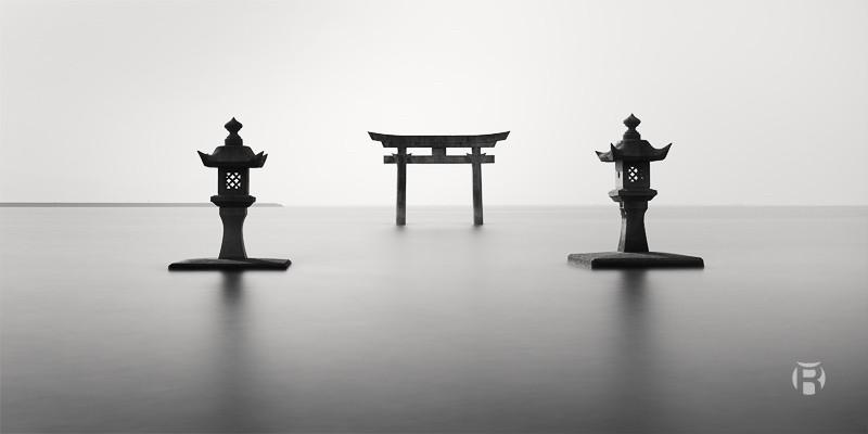 Japon: Le Torii aux 2 lanternes du sanctuaire de Einoo sur la mer d'Ariake - Olivier Robert