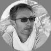 Olivier Robert (fondateur) Photographe professionnel basé en France, dans la région lémanique, Olivier poursuit une démarche fondée sur l'expression minimaliste depuis plus de 25 ans. Initié très jeune à la photographie argentique, il reçoit son premier appareil à l'âge de 15 ans. A la même période, il découvre également l'Asie. Une rencontre qui marquera définitivement sa vision du monde.
