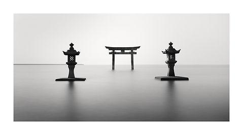 Japon, Torii et lanternes dans l'eau. Tirage Fine Art 40x80 cm | Olivier Robert