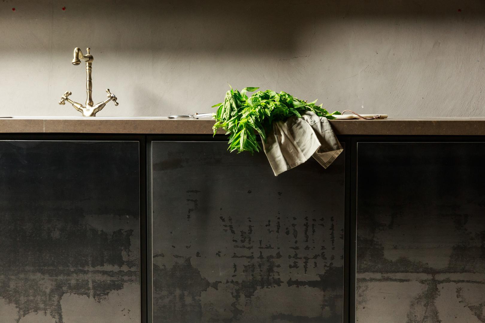 מטבח מבחוץ מראה תעשייתי, בפנים פונקציונלי ויעיל