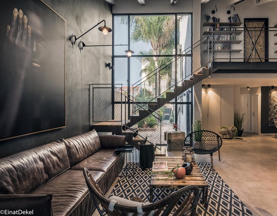 פרויקט משותף של האסם והמעצבת המוכשרת אודליה ברזילי. עיצוב במראה תעשייתי עם פרטי ריהוט מאוספים של האסם מכפרים בהולנד, המשרים אוירת גלריה.