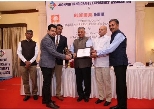 Award for Outstanding Contribution to the Handicrafts Industry Award in 2015-16