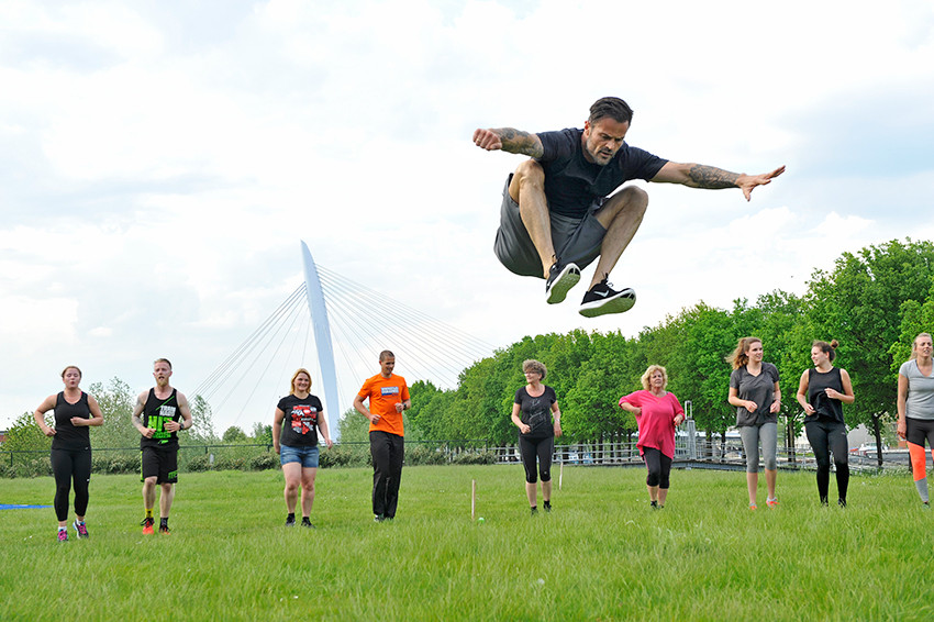 Arie Boomsma demonstreert de knees-to-chest-jump.