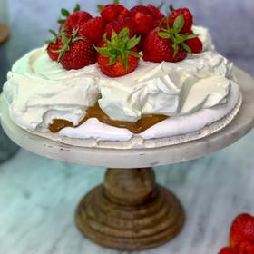 Torta Pavlova con dulce de leche, leche condensada, fresas y crema!