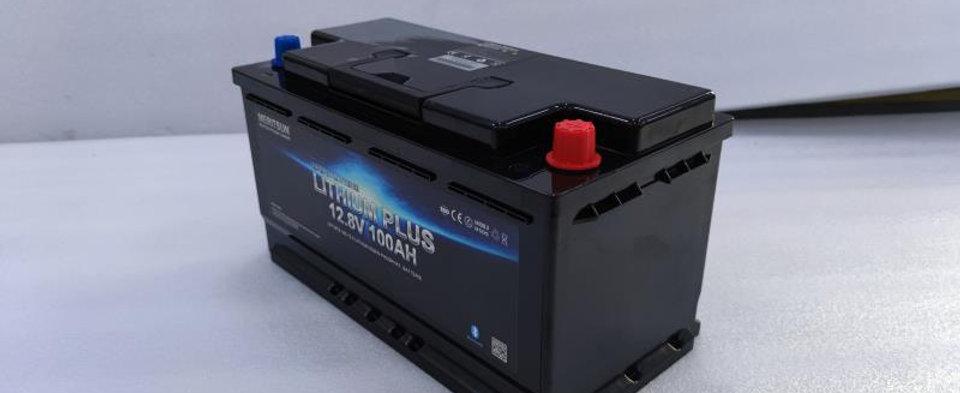 MERITSUN 12.8V 100Ah LiFePo4 Bluetooth UNTERSITZ