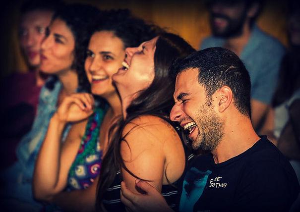 אנשים צוחקים במופע של שלופתא