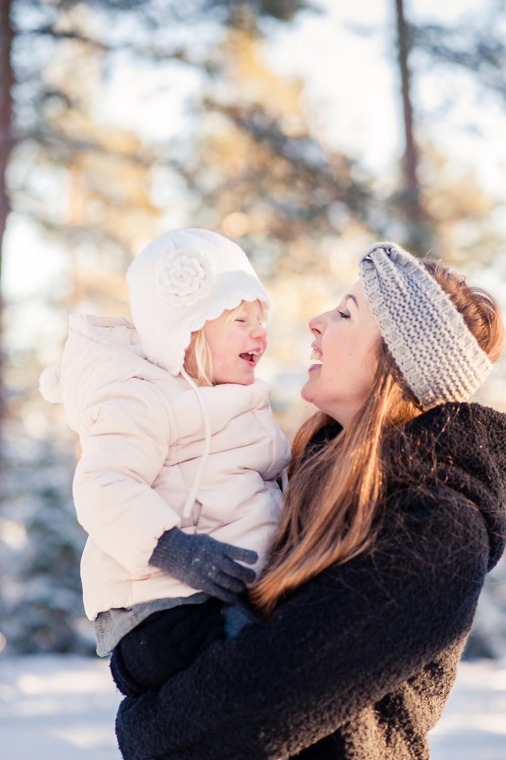 Mamma och dotter busar på vintern