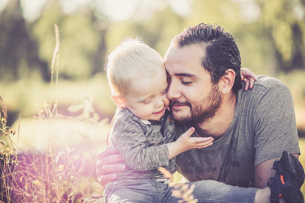 Pappa och son kramas