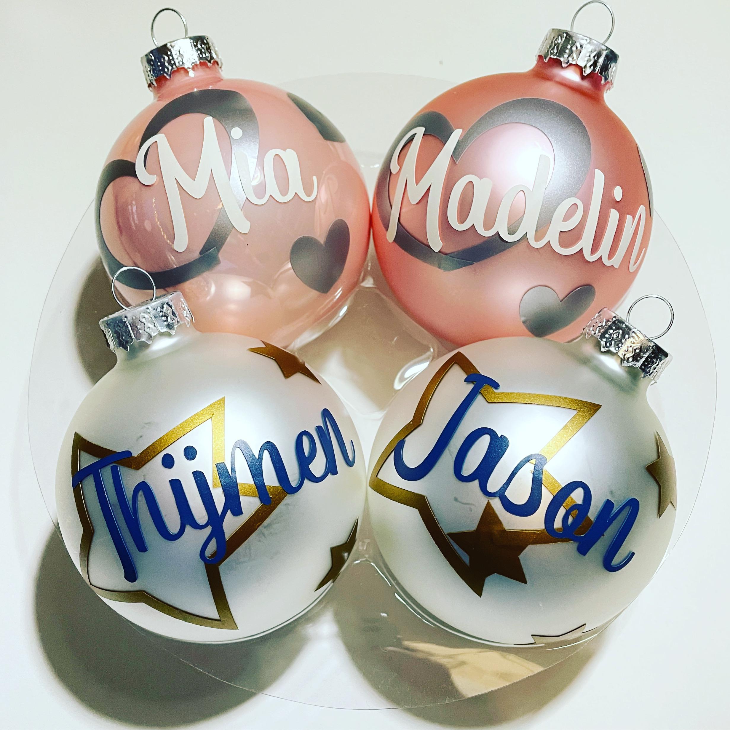 Gekleurde gepersonaliseerde kerstballen met namen er op