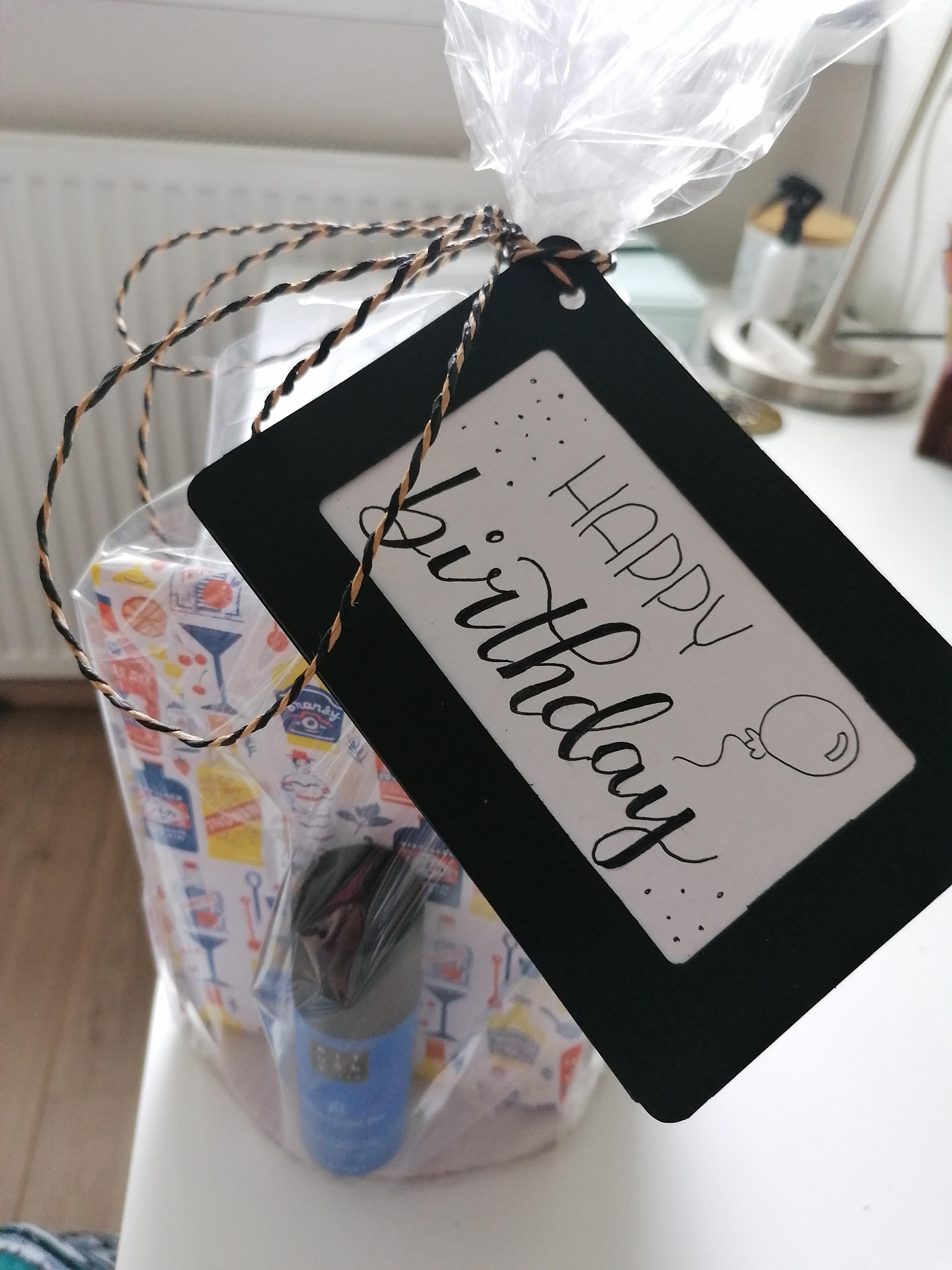 Happy birthday kaartje aan een cadeau
