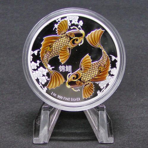 風水シリーズ「鯉」銀貨 プラ製ディスプレイスタンド付き