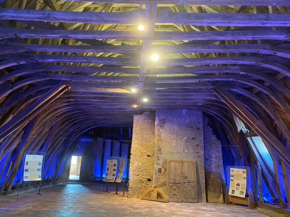 La Pacaudière : une charpente composée de 80 tonnes de bois et 60 tonnes de tuiles !