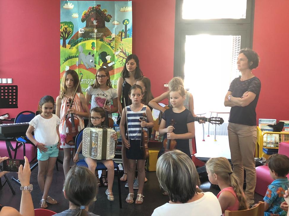 Vidéo à Lentigny : de jeunes violonistes et musiciens fêtent la musique à la bibliothèque