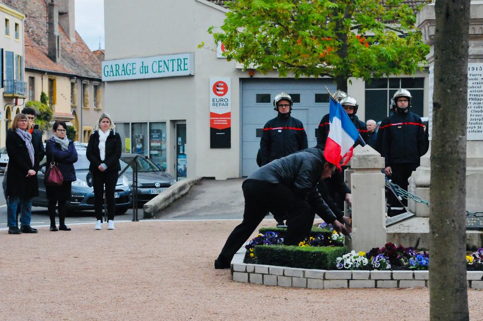 En vidéo : dépôt de gerbe à La Pacaudière pour commémorer le 8 mai 1945