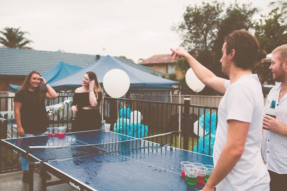 Junge Erwachsene spielen ein Partyspiel an Silvester.