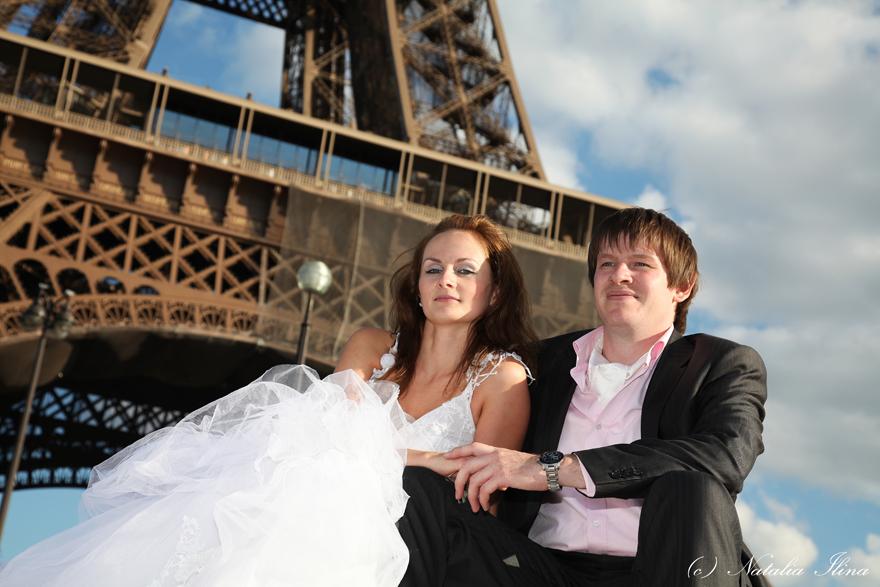 Свадебная пара на фоне Эйфелевой башни