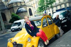 пара на фоне желтой ретро-машины