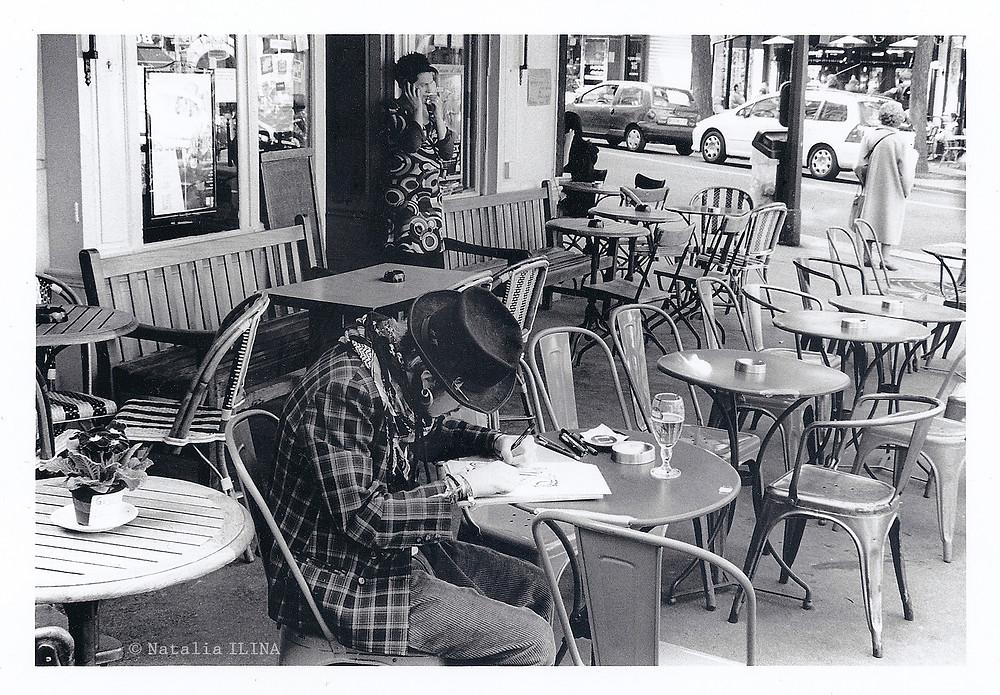 фотография обычной жизни террасы парижского кафе в районе Montmartre