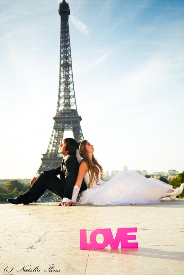 Пара возле Эйфелевой башни