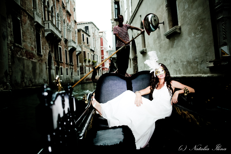 фотография Невеста лежащей в гондоле