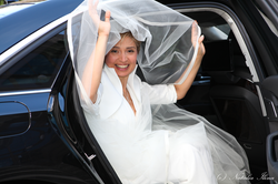 Невеста выходящая из машины