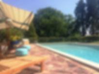 Parc et piscine extérieure au manoir des Tuileries du Buisson