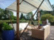 sos les parasols de la terrasse de la piscine du manoir des Tuileries du Buisson