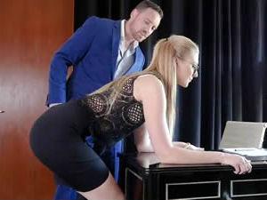 Abuso no trabalho - A secretária submissa deixa e o chefe passa a mão mete a rola