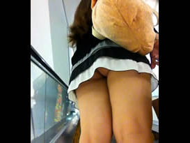 Flagra no shopping - Saiu de sainha curta e deixou a raba com a calcinha enfiada exposta