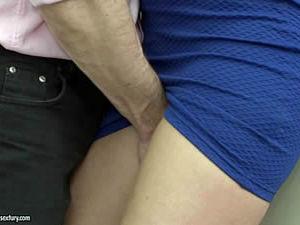 Enfiou a mão em baixo da saia da secretária gostosa e desceu o bambu na safada