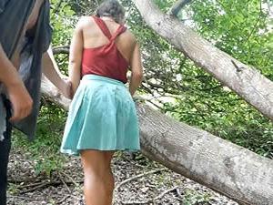 Passeio no meio da mata com a namorada de sainha acaba em sexo e gozada na boca