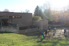 Das Schulgebäude mit angrenzender Wiese