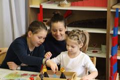 Vorprimaria-Kinder werden 1 x pro Woche von älteren Schülern begleitet