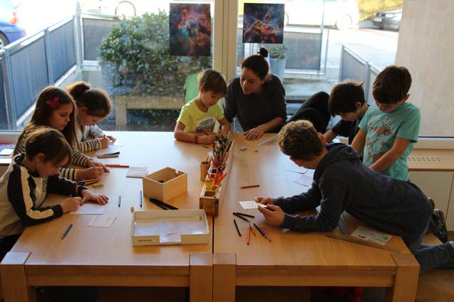 Primaria-Schüler in der Kunsteinheit