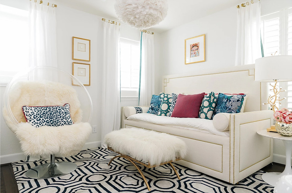 Blue leopard print pillow mixed with bold geometric and Chinoiserie patterns against white creating a crisp decor. Image: veronicasolomon.com