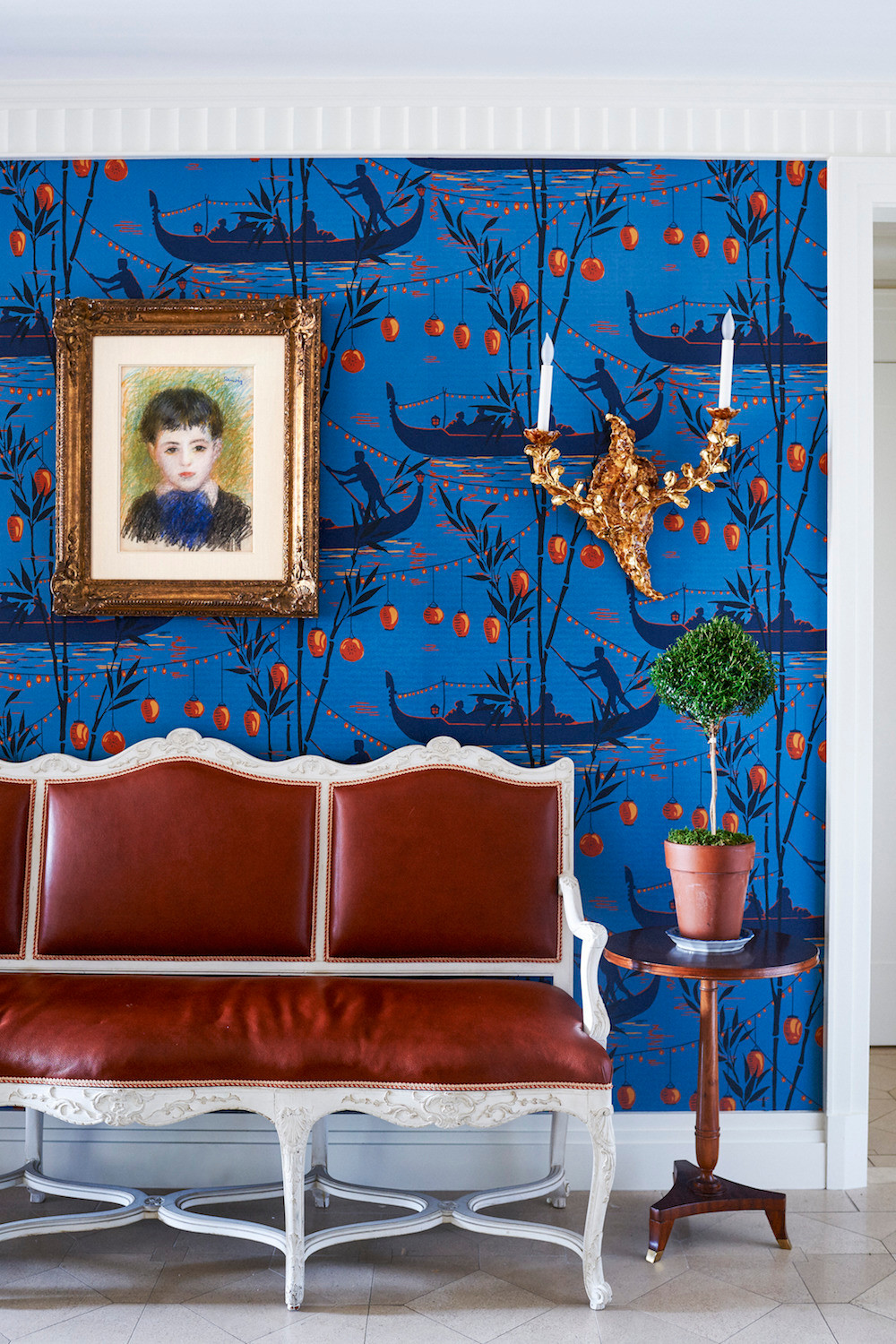 Beautiful split complementary color scheme, harmonious, yet interesting! Image: Alex Papachristidis, wallpaper by Cole and Son
