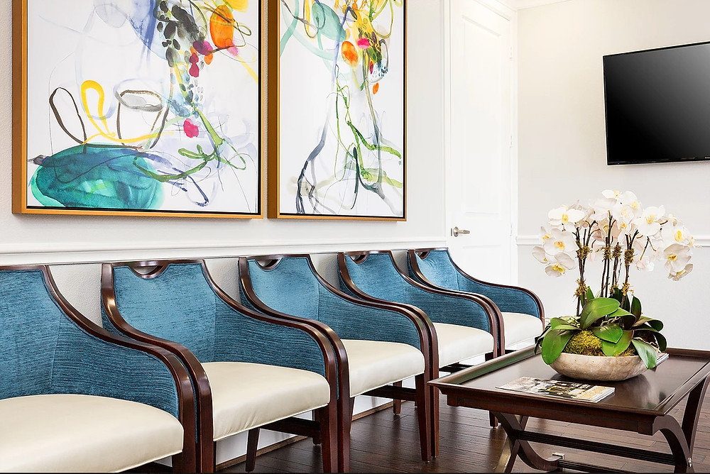The same with this room, I just loved the paintings with those chairs, so I had to post it! Image: veronicasolomon.com