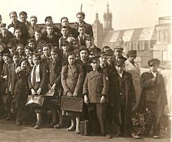 Gimnazjaliści na Pałacu Prasy - fr.1