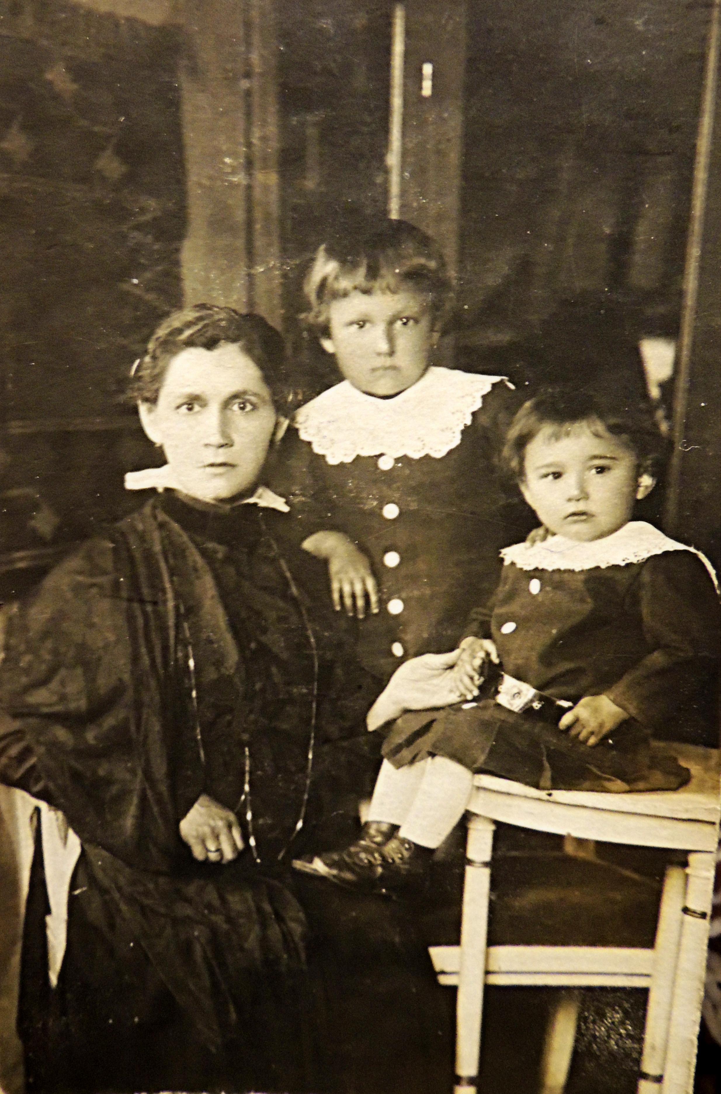 Franciszek i Emilia Gomułka z mamą