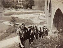 Barbara Młott na czele, w tle wiadukt w Grybowie