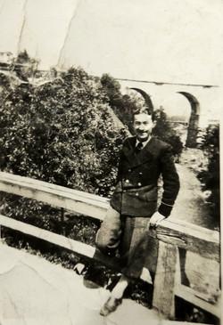 Antoni Witek i w tle most kolejowy