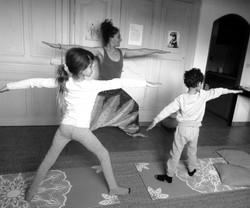 yoga enfant posture du guerrier