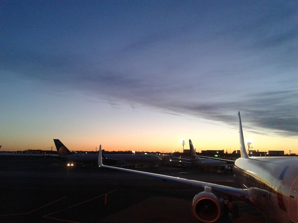 夜明け前のJFK。新しいブログに向けて出発~の意味を込めまして