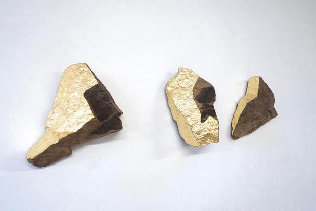 L'Envol, rocks from Toscany and gold leaf, 30 x 40 cm, 2020.