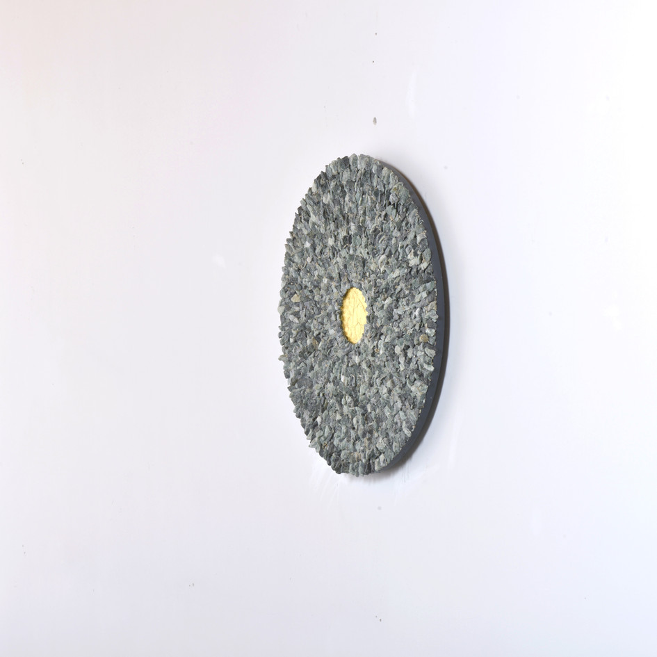 Mandala, green marble and gold leaf on wood panel, 50 cm, 2019. © photo Serge Verheylewegen