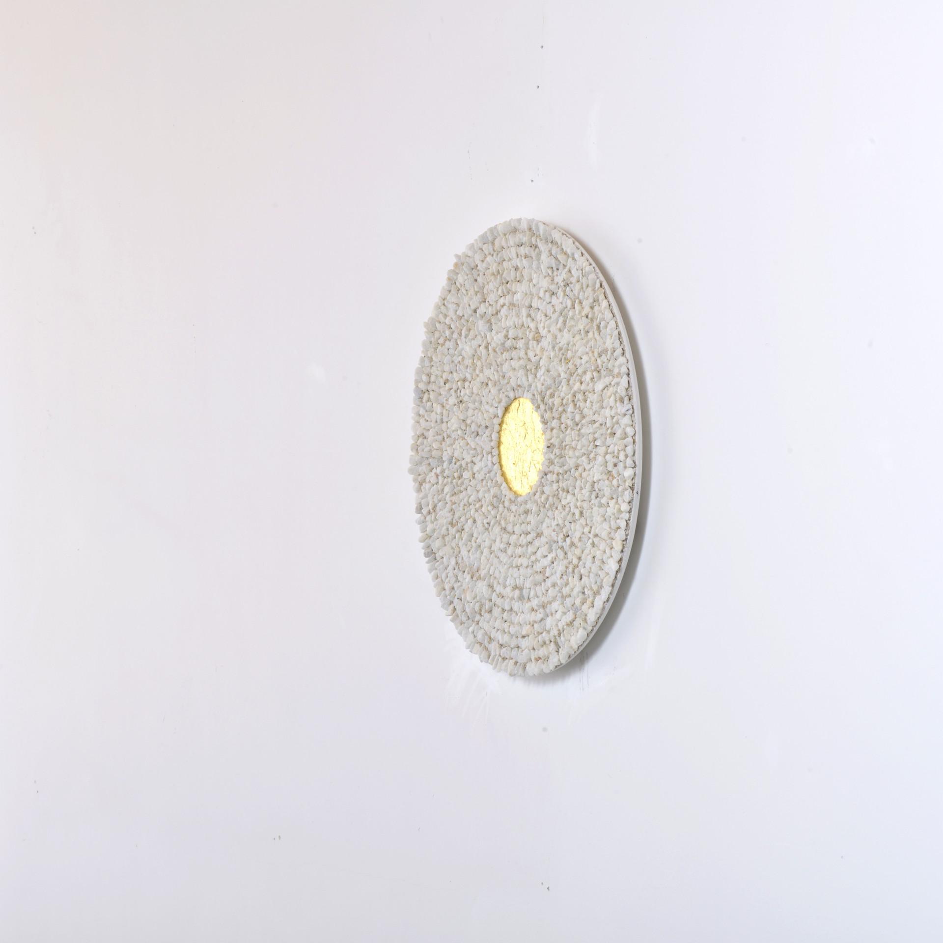 Mandala, carrara marble and gold leaf on wood panel, 50 cm, 2019. © photo Serge Verheylewegen
