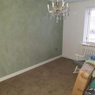 Betonlook groene wand babykamer
