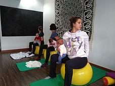 Yoga posparto sobre pelotas de pilates en Mamimaternal en Majadahonda