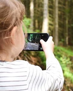 lapsi kuvaa mobiililla.jpg